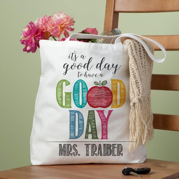accessoire sac à main blanc avec lettres citations en feutres pour textiles, modèle de tote bag blanc avec lettres colorées