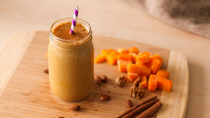 idée smoothie facile, banane et citrouille, tiges de cannelle, smoothie servi dans un bocal