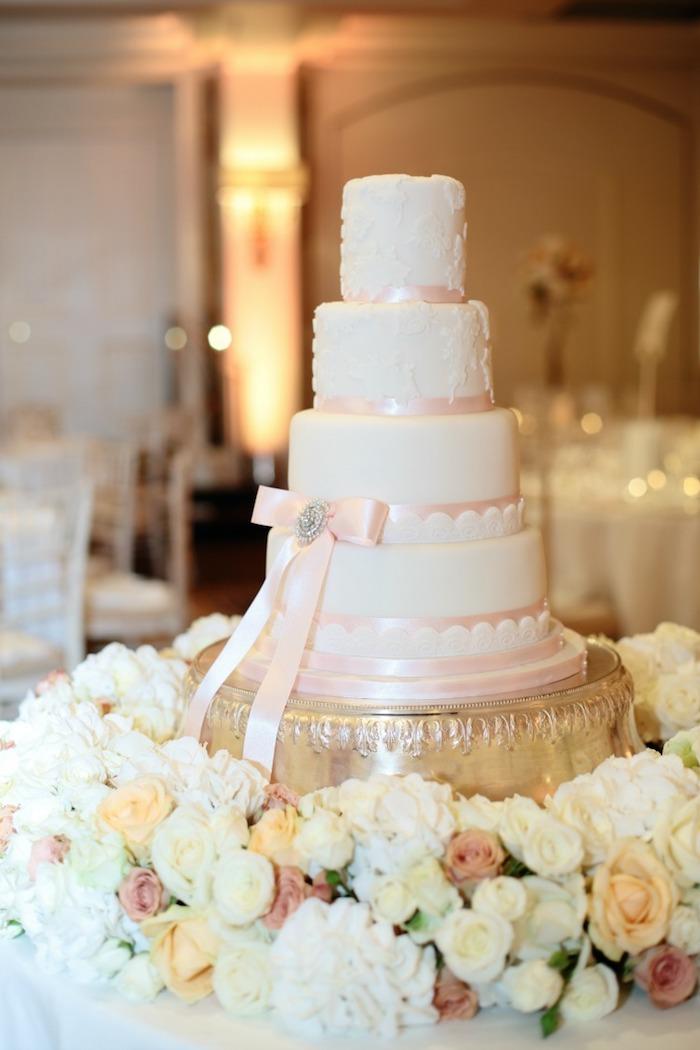Comment décorer le gâteau mariage classique avec rugains roses, le plus beau gateau de mariage du monde, gateau romantique