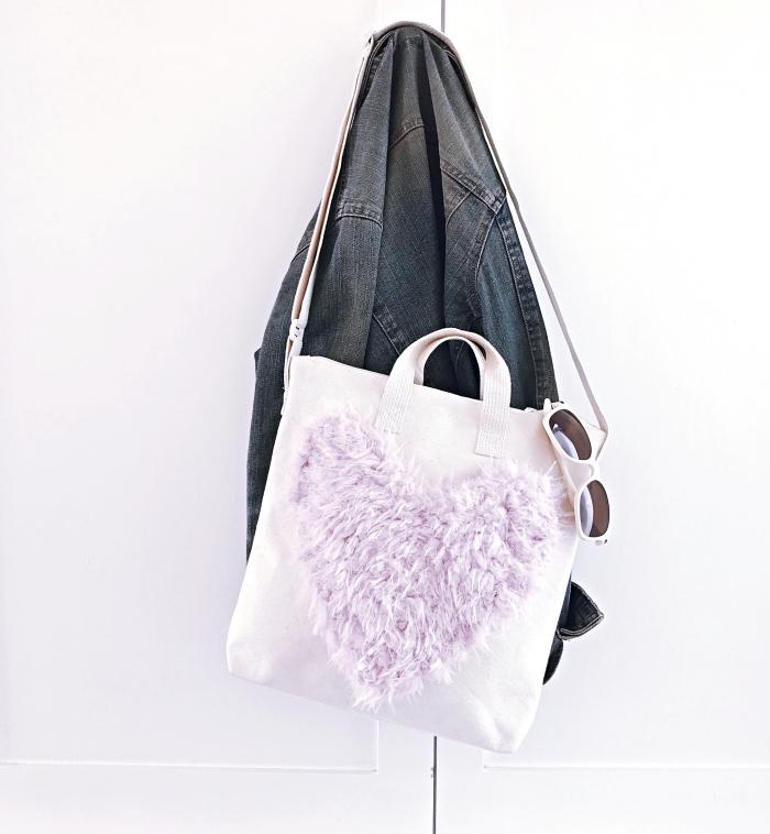 modèle de sac à main personnalisé blanc avec large coeur en faux fur pastel au centre, idée comment décorer un sac à main blanc