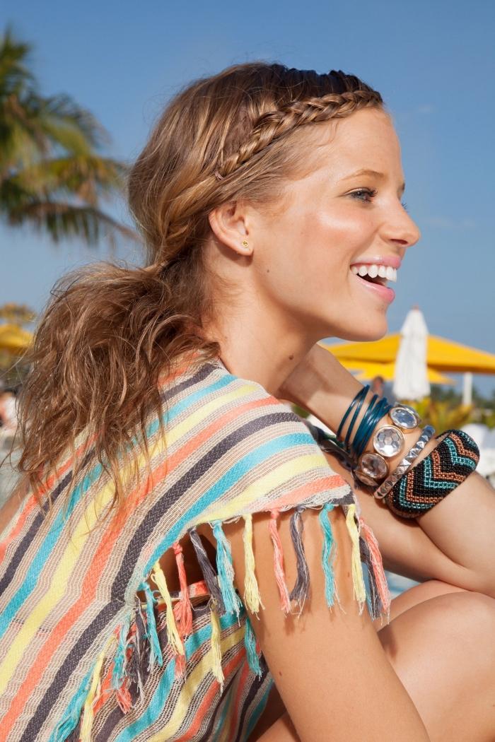 quelle coiffure de plage facile pour cheveux longs et raids, modèle de coiffure aux cheveux attachés avec frange en tresse collée