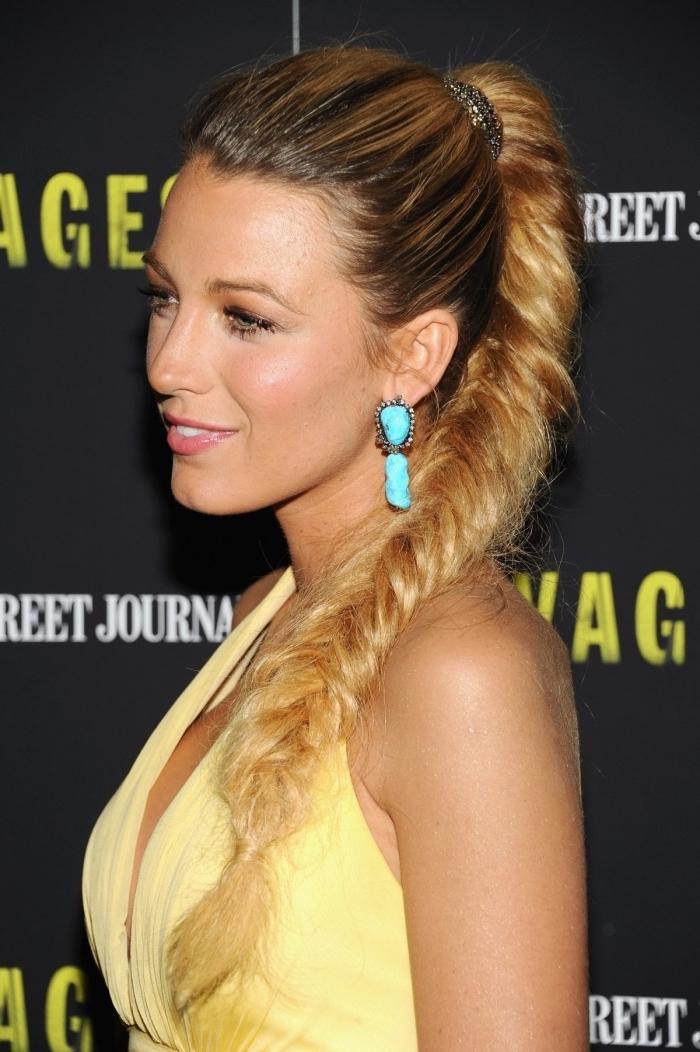 faire une tresse en épi facile sur cheveux longs, exemple de coloration tendance femme balayage naturel, modèle de queue de cheval tressée