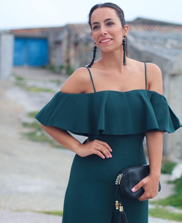 combinaison pantalon femme chic en vert avec top à volant et épaules dénudées, idée coiffure pour mariage aux cheveux attachés en queue de cheval
