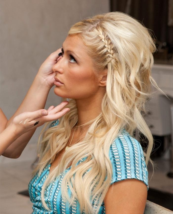 modèle de tresse plaquée de côté, coiffure aux cheveux longs ondulés avec volumes sur le haut et tresse collée de côté