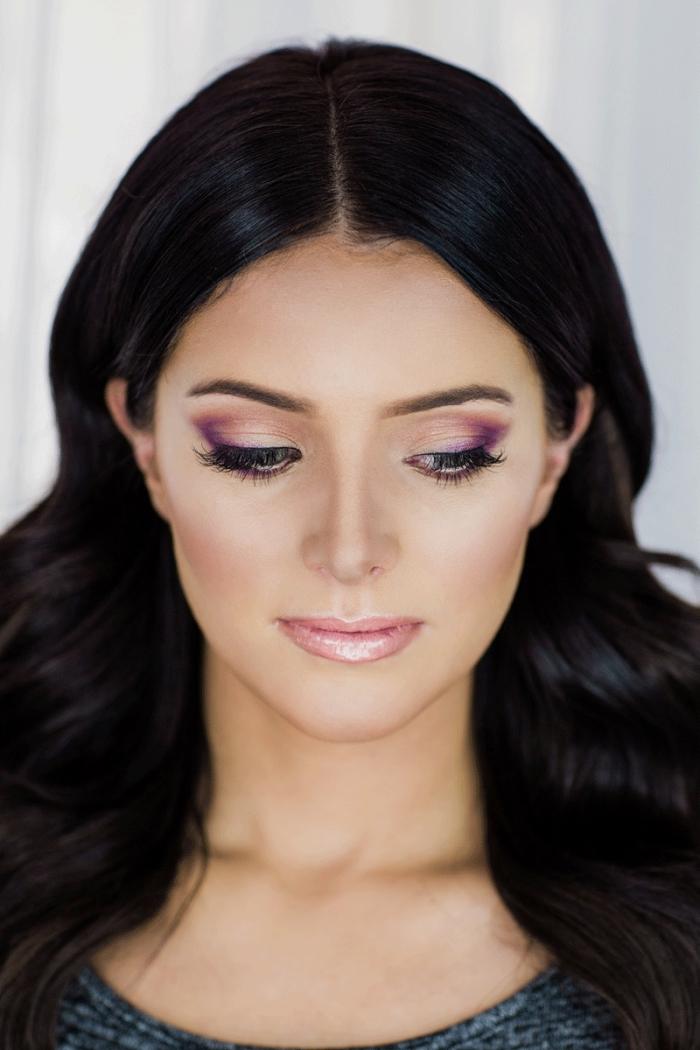 idée maquillage pour fête avec fards à paupière en orange et violet, contouring léger et facile avec poudre rose pale sur les joues
