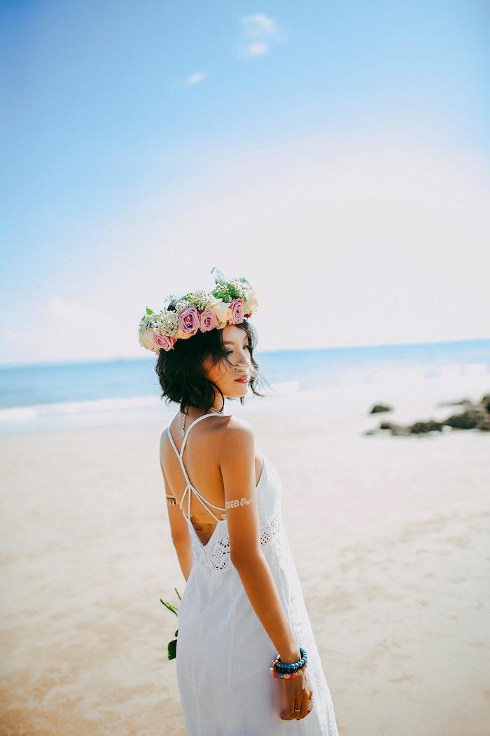 Coiffure coiffée décoiffée femme, idée coiffure cheveux mi-long, coiffure cérémonie bohème à la plage, couronne de fleurs de roses pour accessoire de coiffure mariage boheme