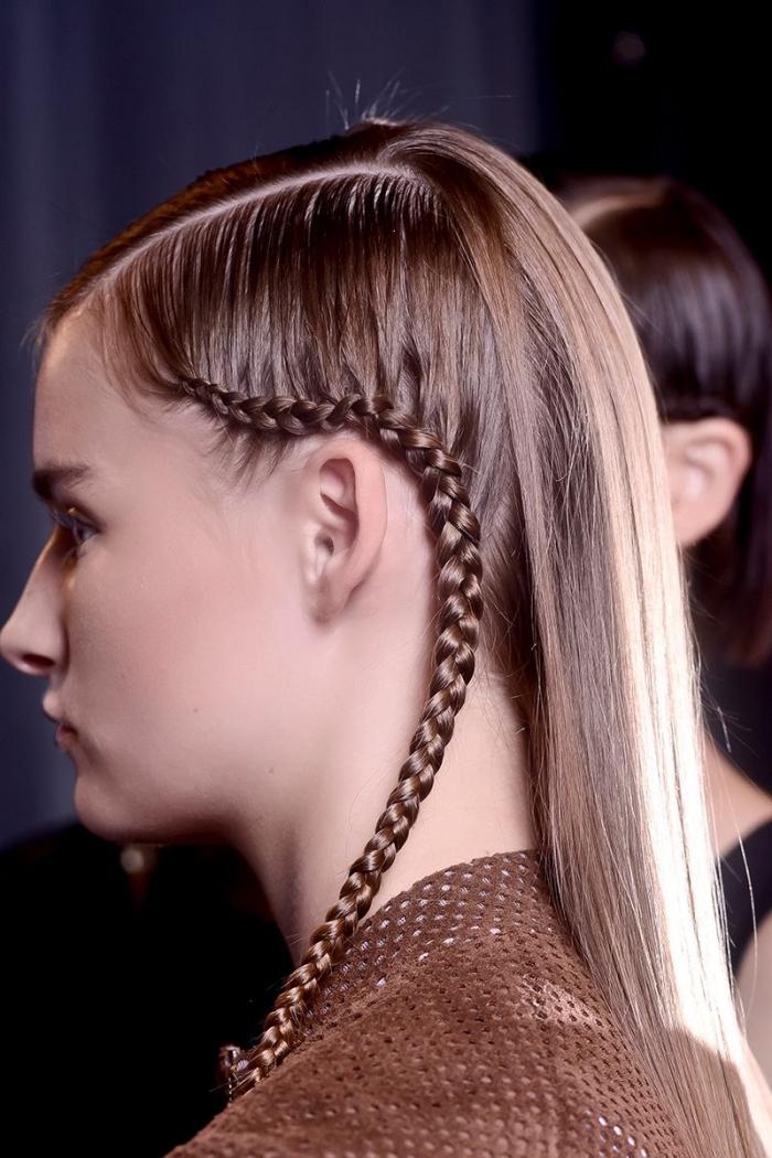magnifique idée coiffure moderne de côté avec une petite tresse collée, exemple de coiffure pour cheveux raids