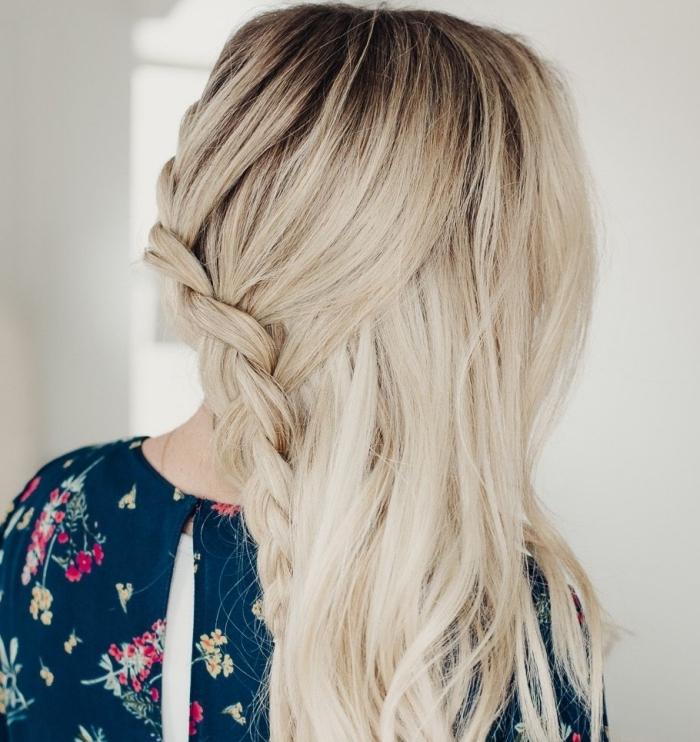 exemple de coiffure mariée tresse de côté aux cheveux lâchés, idée coiffure facile avec natte de côté et ondulations