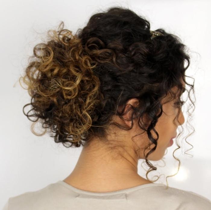 idée comment faire une coiffure facile sur cheveux longs crépus, chignon bas avec volume et mèches tombantes