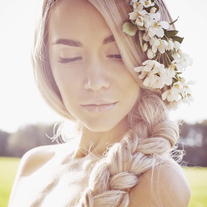 jolie idée pour une coiffure de mariage en style boho, coiffure cheveux longs ramassés en grosse natte africaine