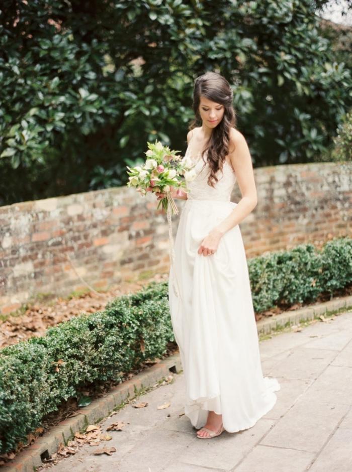 la coupe fluide et légère de cette robe de mariée bohème s'associe parfaitement avec le dos ouvert