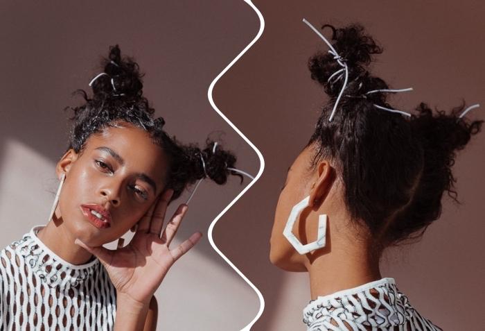 coupe cheveux frisés, exemple comment styliser les cheveux crépus avec deux pin up décontracté sur le haut de la tête