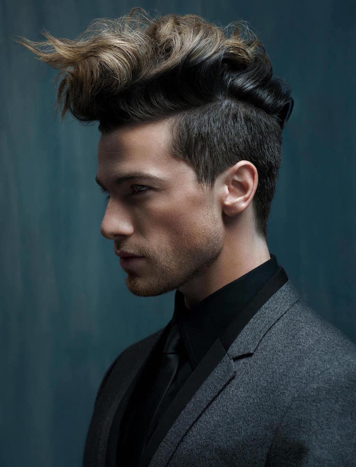 modele mannequin homme avec coiffure rockabilly originale aux cotés courts et teinture blonde sur le dessus
