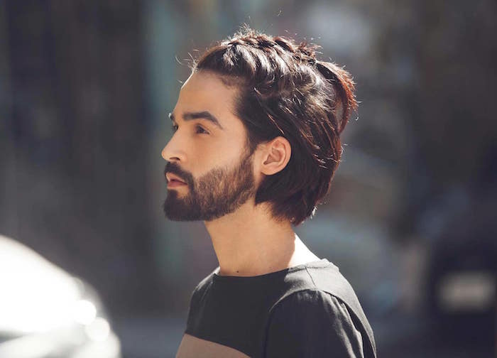 coiffure avec tresse homme sur le haut du crane style viking et chignon avec cheveux mi long marron glacé et barbe courte
