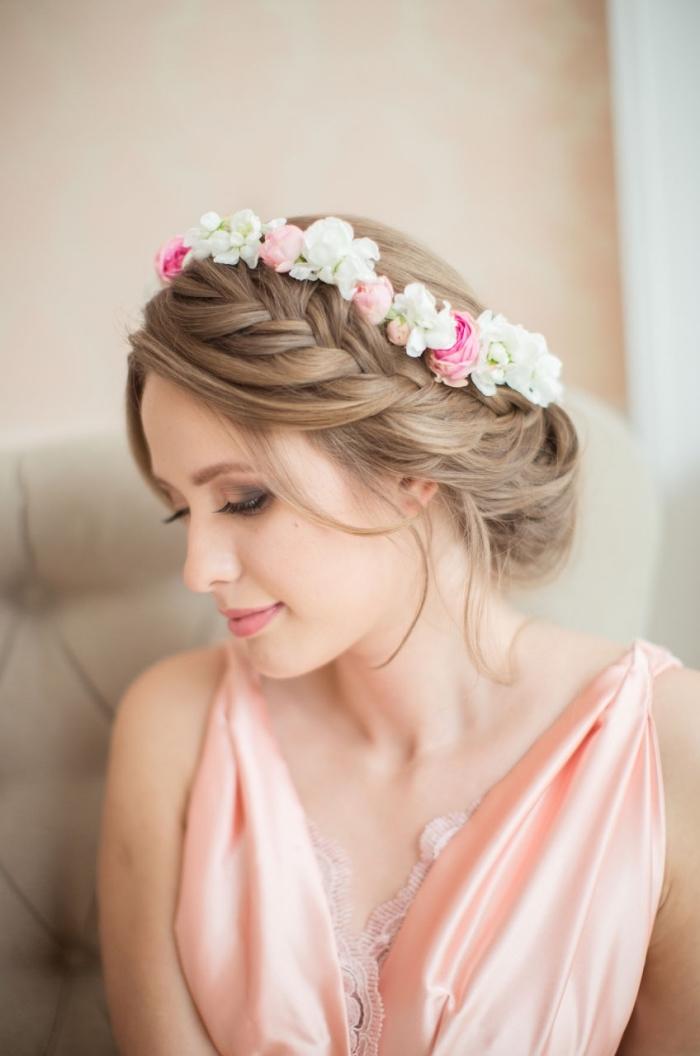 idée quelle coiffure romantique de mariée avec tresse, modèle de coiffure chignon bas avec couronne de tresse défaite