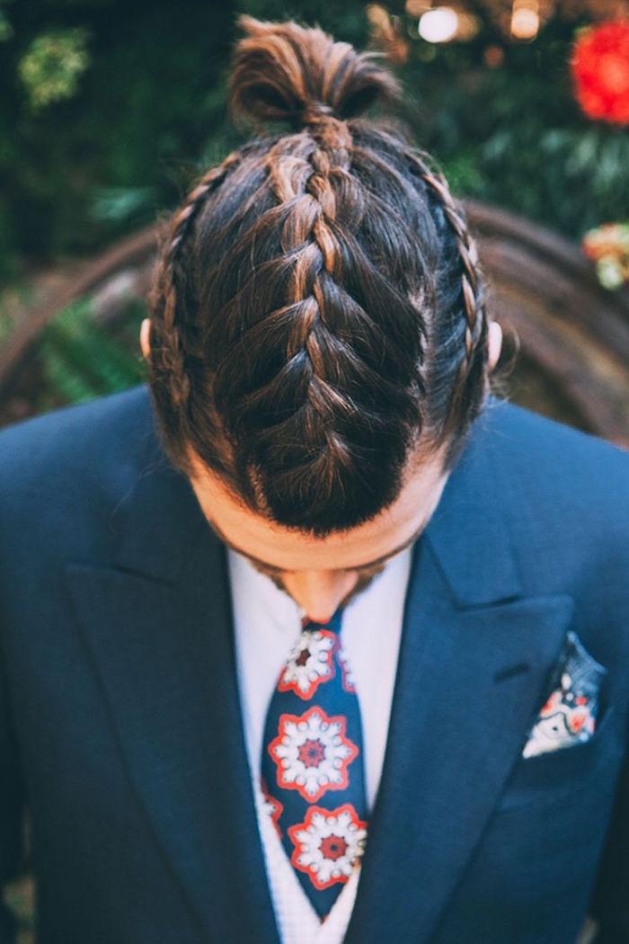 Tresse homme centrée sur le dessus de la tête et sur les cotés avec cheveux mi longs en chignon man bum et meches marrons