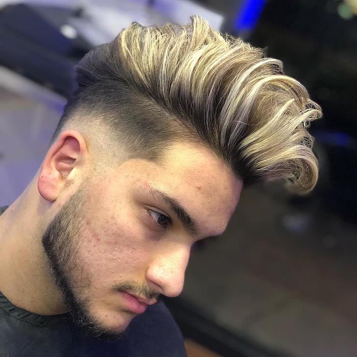 modele de coiffure rockabilly moderne avec coté court et bana sur le dessus avec mèche blonde pour homme