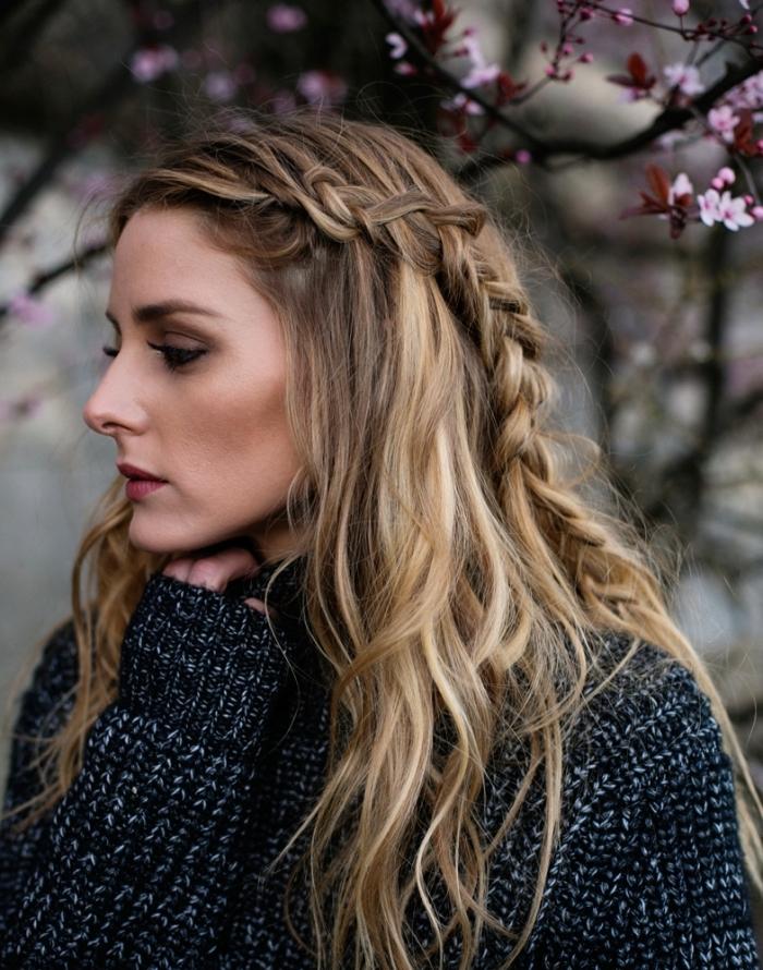 modèle de coiffure aux cheveux mi-attachés en couronne de tresse plaquée de côté avec ondulations naturelles