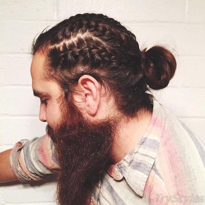 coiffure natte tresse plaquée en chignon man bun homme avec longue barbe marron rousse