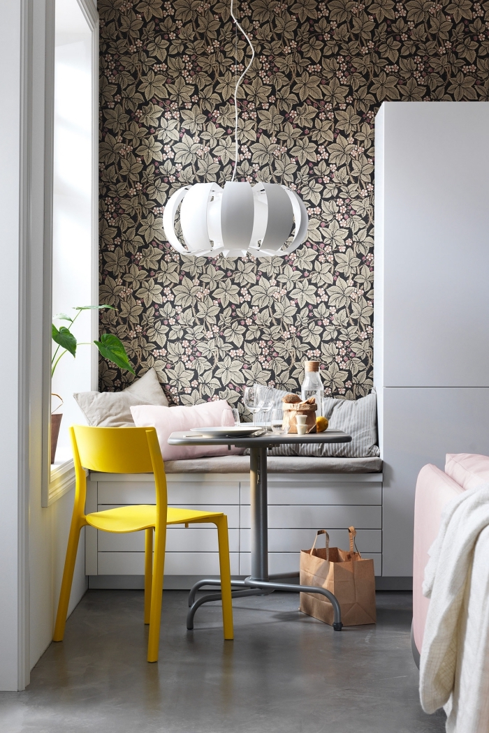 papier peint moderne à motifs feuilles bien fournis qui délimite le coin repas scandinave