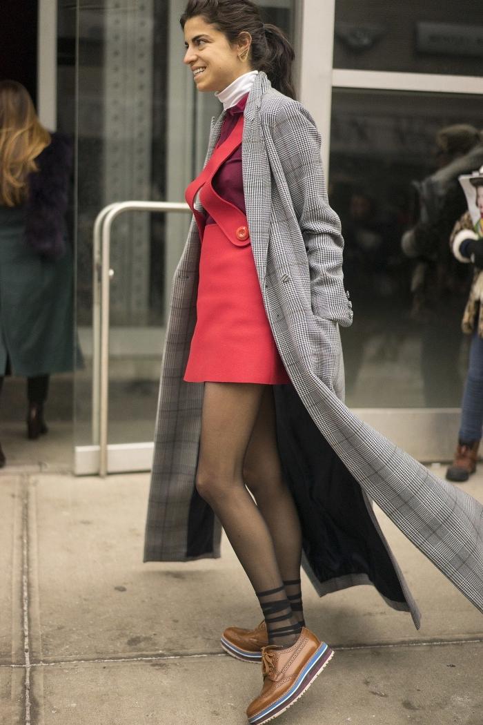 exemple de tenue décontractée femme en salopette rouge avec manteau long gris et paire de chaussures marron
