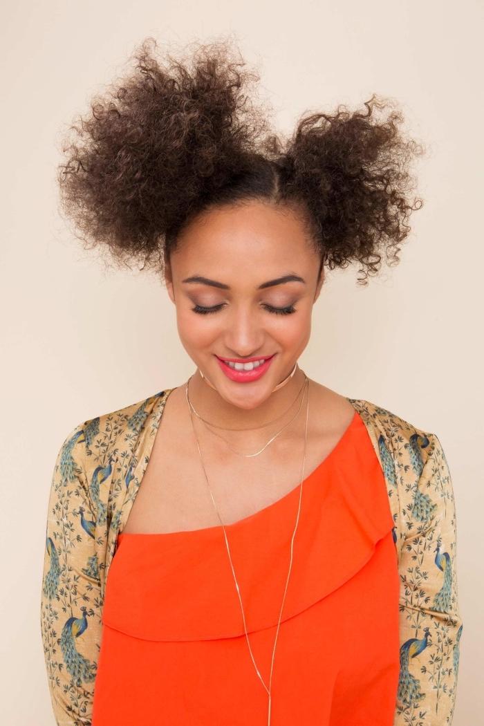 coiffure de style afro puff avec deux couettes hautes, idée comment porter les cheveux crépus longs attachés