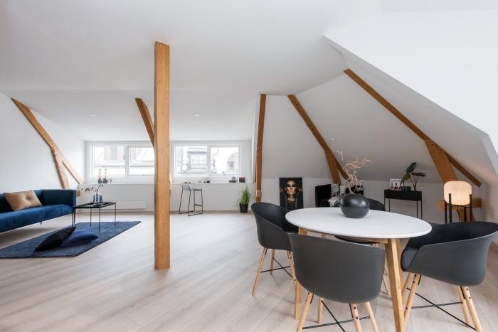 modèles de poutres peintes ou laquées de bois claire comme une déco dans un salon spacieux peint en blanc avec meubles tendance en bois et noir