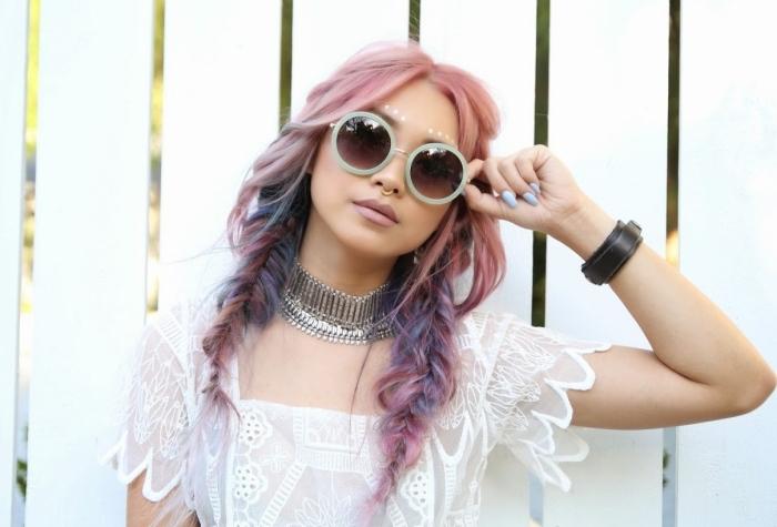 modèle coiffure ado moderne aux cheveux de couleur pastel avec mèches bleus, coiffure avec tresse en épi facile