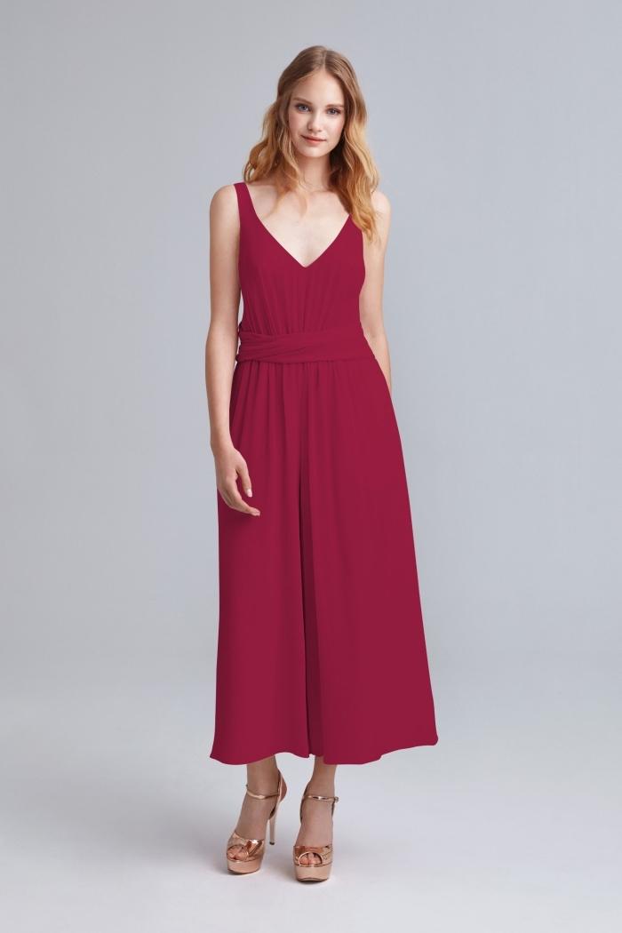 joli combishort mariage aux jambes larges avec décolleté de couleur rouge, idée comment s'habiller en pantalon pour assister à un mariage