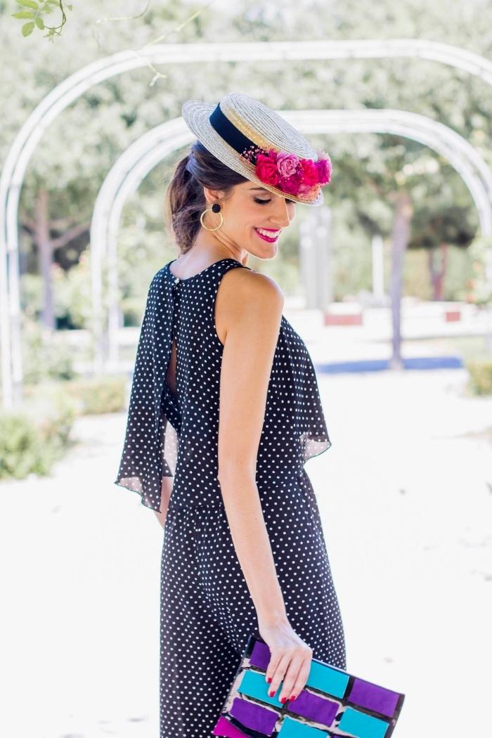 vision élégante pour une femme invitée au mariage en combinaison noire femme à design pantalon fluide et top à volants