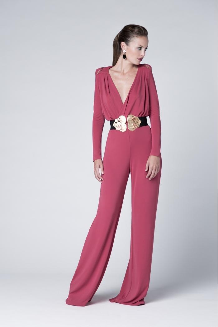 femme stylée en ensemble couleur rouge, combinaison rouge aux manches longues avec décolleté et ceinture