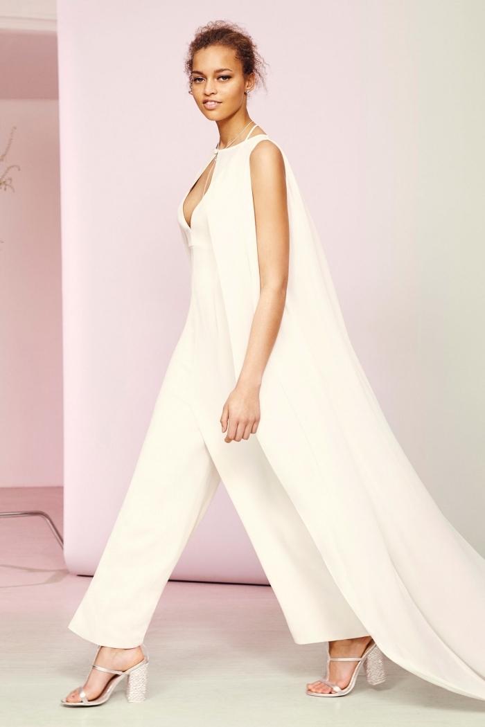 magnifique modèle de combinaison femme en blanc à design jambes larges et top à décolleté en V avec cape traîne