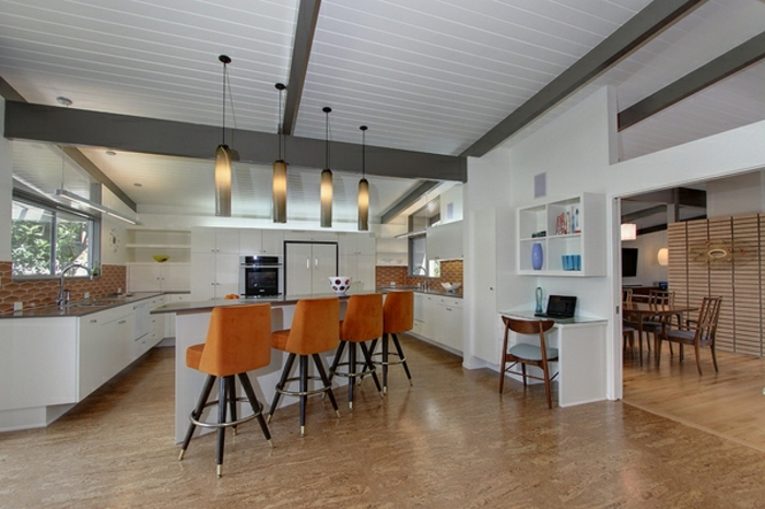 cuisine spacieuse blanche séparée de la salle à manger par une cloison partielle, separation cuisine slaon