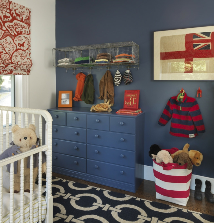 tapis noir et blanc, commode bleue, panier à jouets rayé, deco chambre enfant garcon