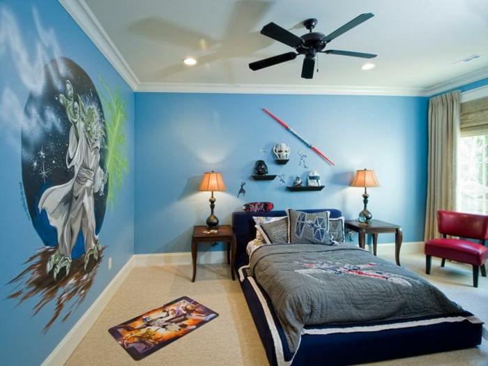 chambre bleue, murs bleus, lit posé directement au sol, ventilateur au plafond, petits chevets baroques, chambre garcon bleu