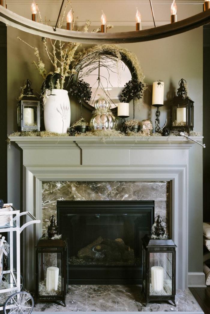 deco cheminee pour l'été, chandelier rustique, bougeoirs et lanternes, une déco murale originale