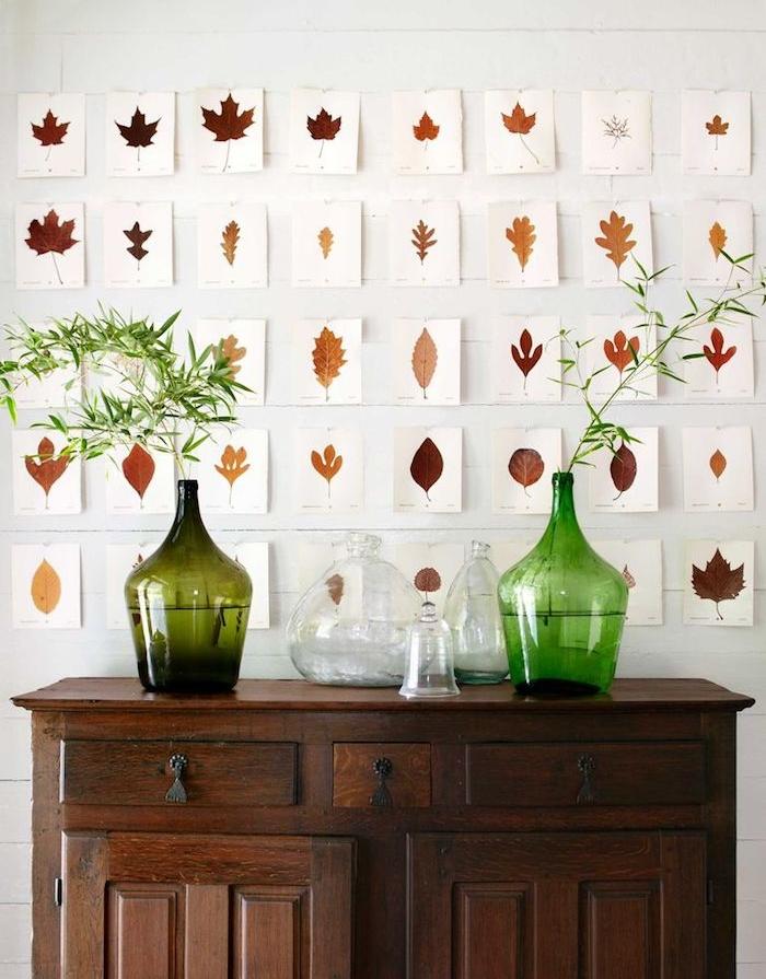 différentes types de feuilles mortes issus d arbres variées sur des papiers blancs, deco murale automne, meuble ancien avec des damme jeans deco
