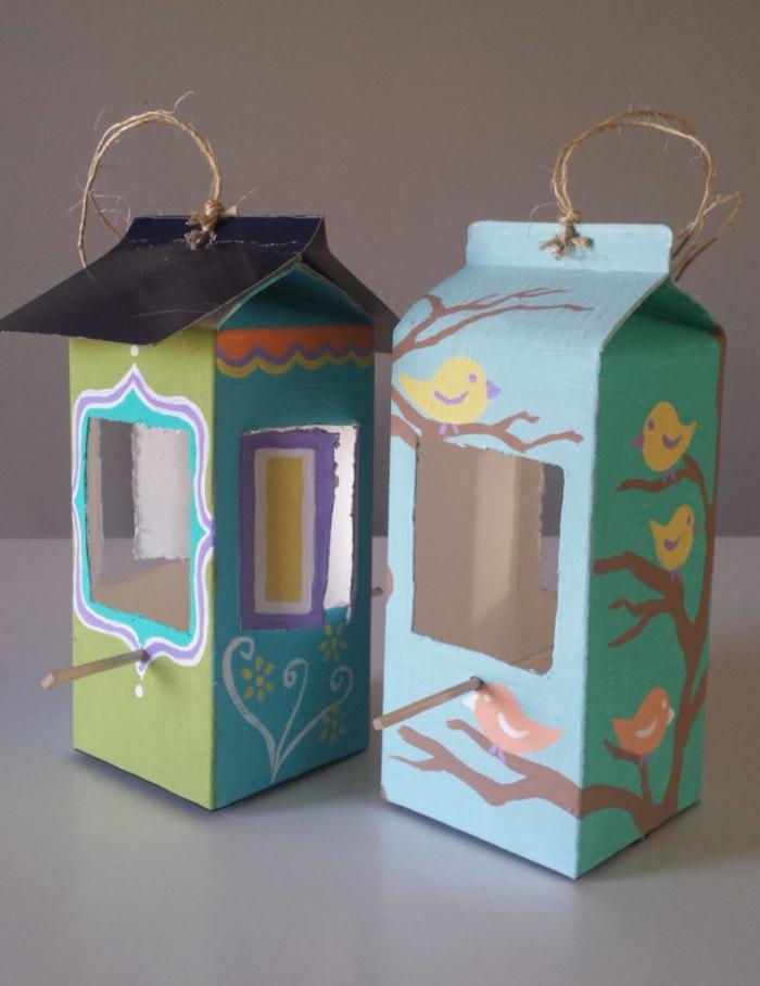 bricolage récup facile avec des briques de lait, une mangeoire à oiseaux joliment décorée, réalisée à partir d'un objet recyclé