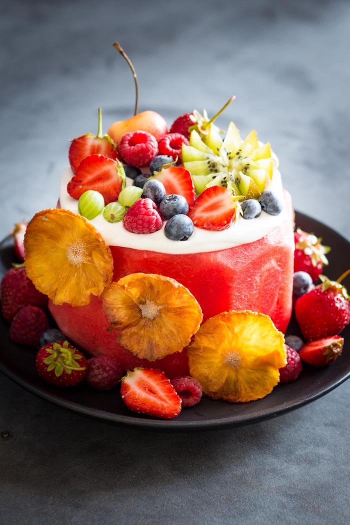Délicieux gâteau entierement de fruits sans gluten, mélon pour base, yaourt et fruits de la saison en top