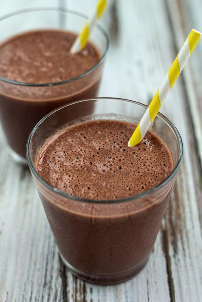 smoothie banane chocolat, couleur marron intense, boisson stimulante et saine
