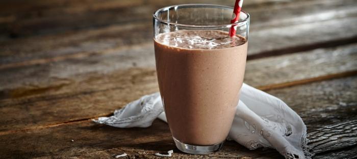 boisson révitalisante, smoothie facile banane et chocolat, comment garnir un smoothie banane et cacao