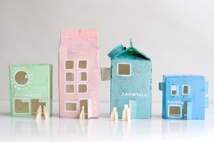 des briques de lait détournées en maisons en carton pour enfant, activité manuelle primaire pour faire une maison en carton