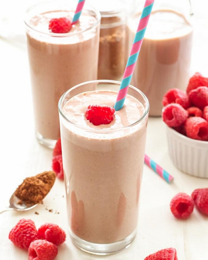 milkshake maison framboise, cannelle, lait, framboises, cacao en poudre, deux verres de milkshake