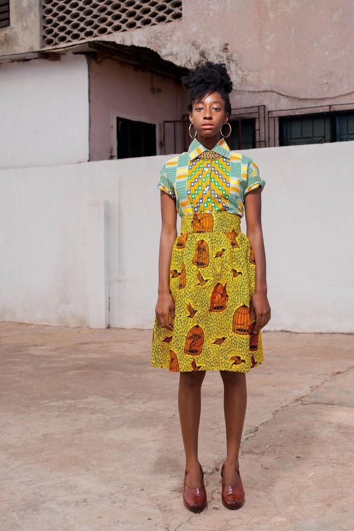 robe chemisier qui mixe harmonieusement les imprimés wax sur le haut et la jupe, modèle de pagne africain plein de fraîcheur et de gaieté