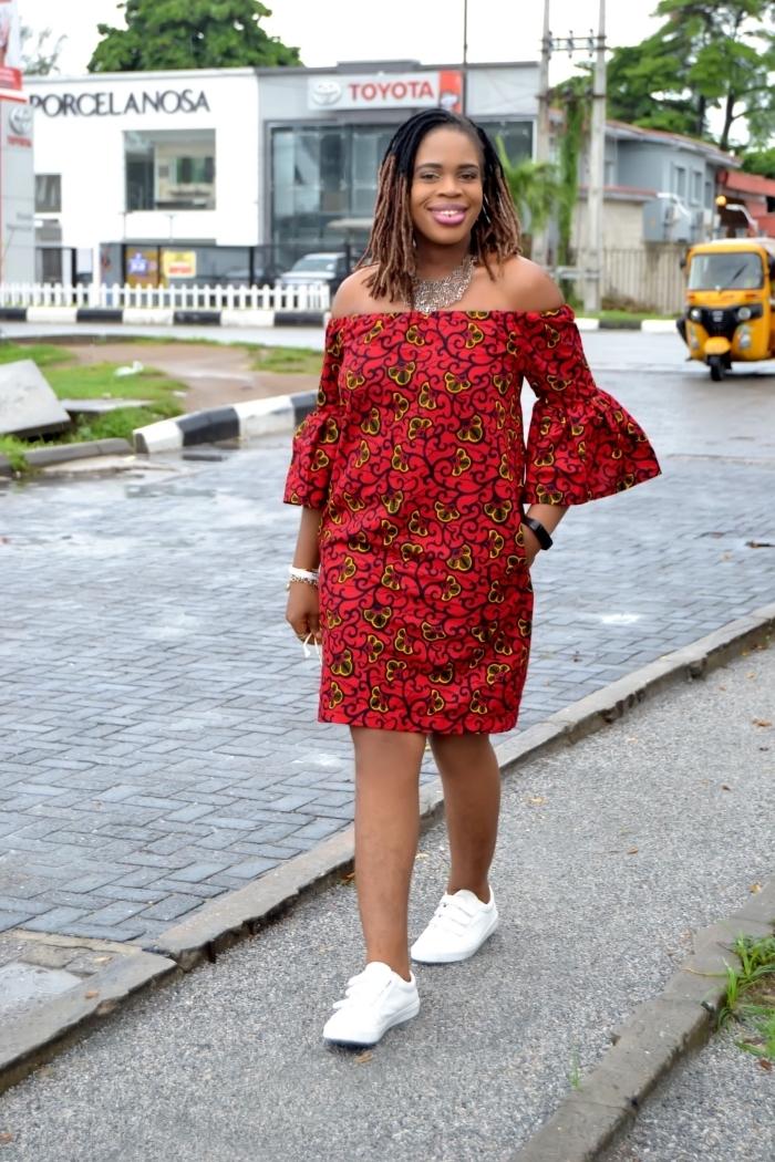 robe tunique rouge aux épaules dénudées et manches évasée, parsemées de petits motifs africains délicats, modele wax assorti avec des baskets blancs
