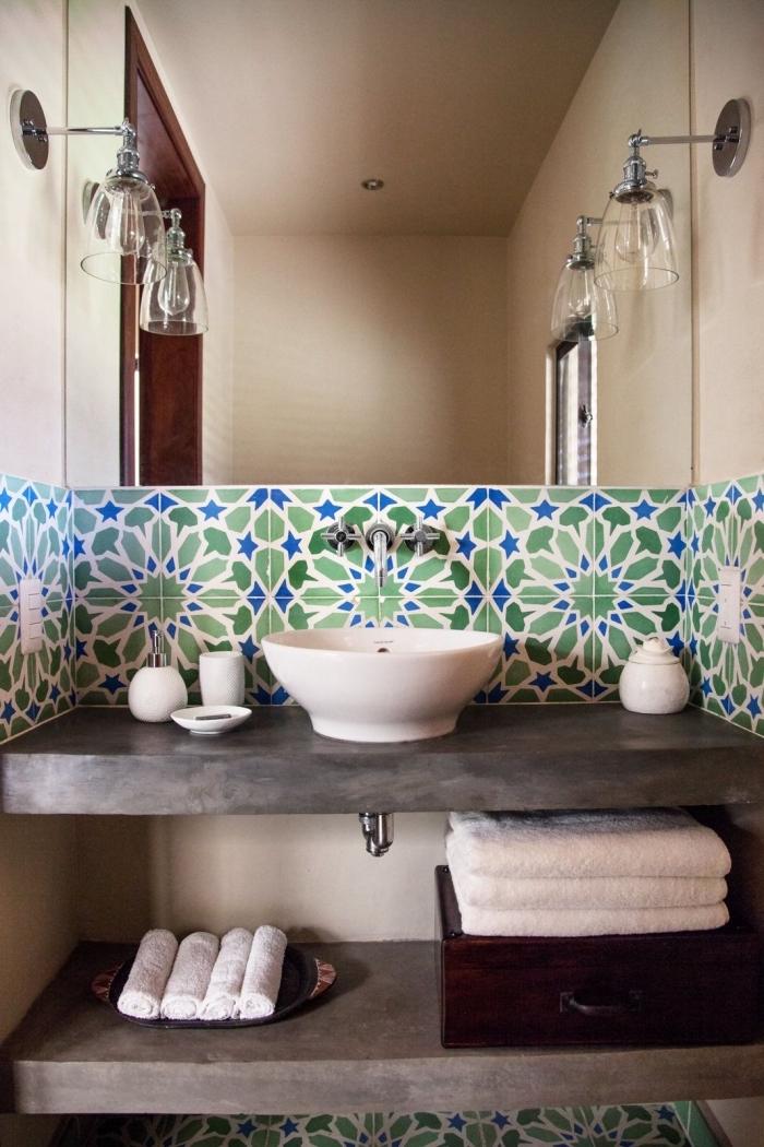 comment adopter les carreaux de ciment par petite touche, faience carreaux de ciment à motifs arabesques en bleu et vert contrastant avec l'aspect brut du comptoir