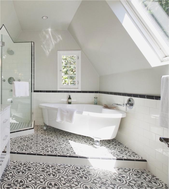 une salle de bain carreaux de ciment en revêtement de sol tendance qui réveille l'ambiance monochrome