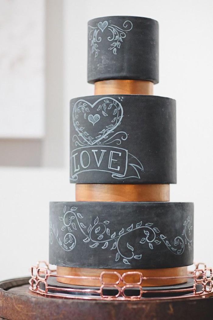 Un gâteau de mariage original en pate à sucre noir ardoise avec signe amour, wedding cake mariage gateau, originale idée pour gâteau de mariage hipster, la meilleure idée gateau chocolat couvert de fondant noir