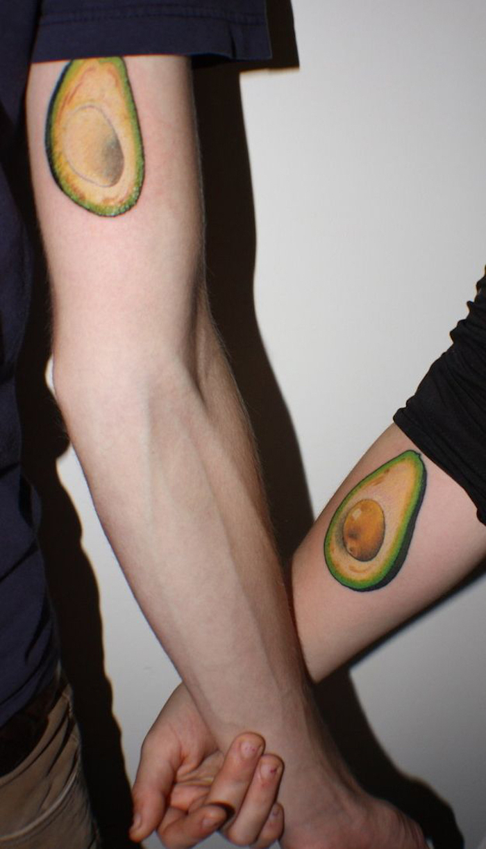 Cool idée de tatouage avocat, tatouage en commun pour copine et copaine, main tatoué pour elle et lui