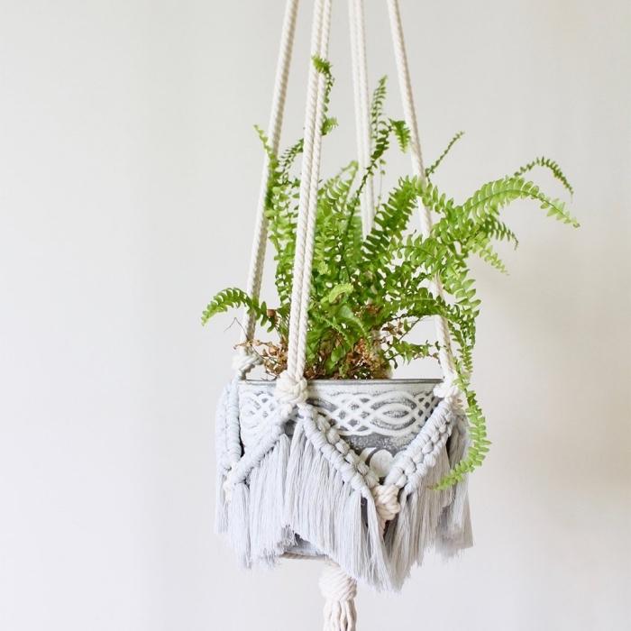 corde pour macramé de couleur blanc et gris clair, faire une suspension florale facile avec les noeuds macramé
